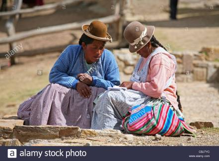traditional-dressed-native-bolivian-women-with-bowler-hat-in-bolivia-cbj7yc